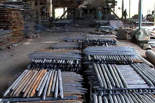 Ironiquement, les bombes ramassées sont fondues pour produire du fer et représentent ainsi une maigre source de revenus pour ceux qui y sont les plus exposés.